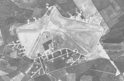 Silverstone na época em que era uma base aérea da Força Aérea Real inglesa
