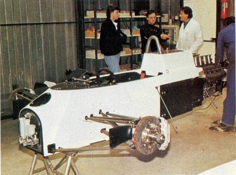 Um carro de Fórmula 1 da AGS em fase de montagem