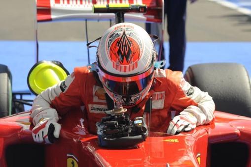 Kimi Räikkönen saindo do cockpit da Ferrari. No ano que vem, ele fará o movimento contrário