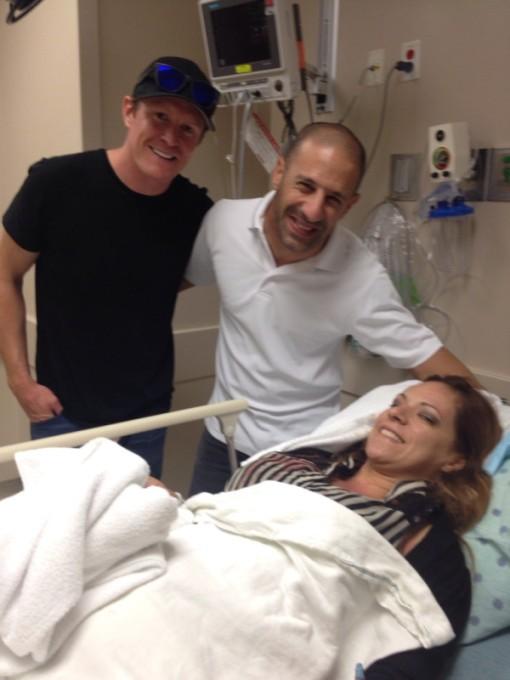 Scott Dixon e Tony Kanaan visitando uma das pessoas feridas no acidente da última volta da segunda corrida de Houston