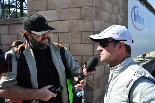 O jornalista Marshall Pruett entrevistando Rubens Barrichello no início do ano passado