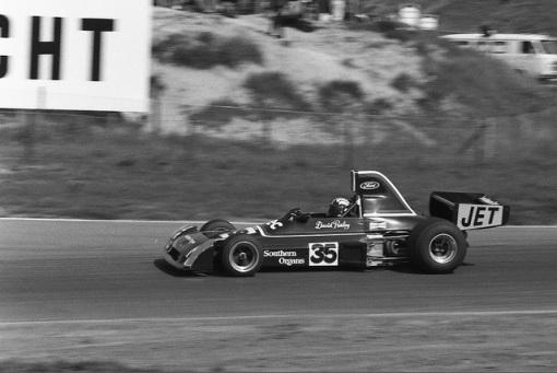 David Purley pilotando um Chevron de Fórmula 5000, categoria onde Mike Earle era um dos reis