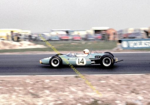 Derek Bell, o primeiro piloto de Mike Earle