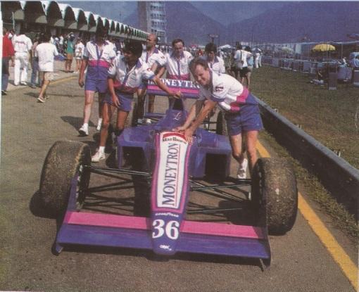 Os exoticamente trajados caras da Onyx, que fazia sua estreia na Fórmula 1 no GP do Brasil de 1989
